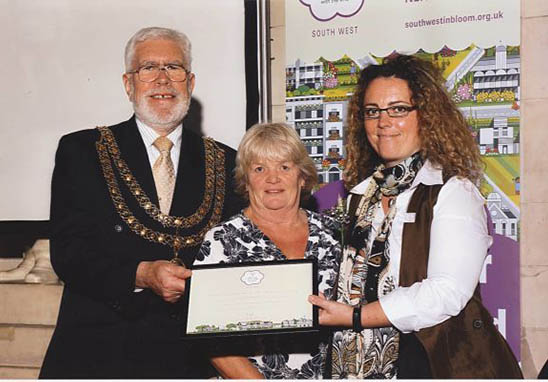 mayor with the winner of the its your neighbour award